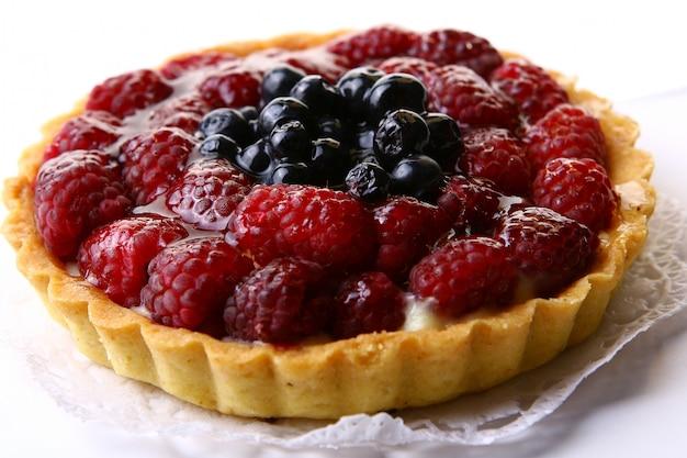 Świeże ciasto z jagodami i malinami
