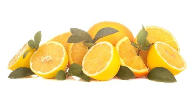 Świeże cytryny i pokrojona cytryna z liśćmi