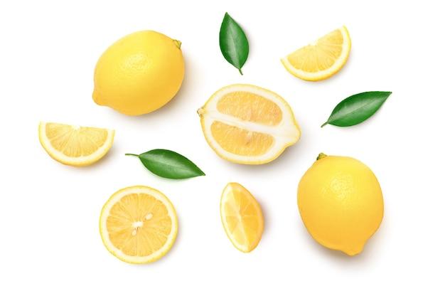 Świeże cytryny na białym tle