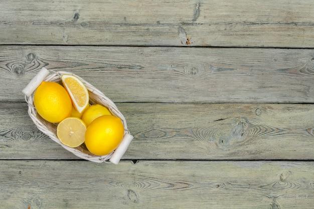 Świeże cytryny na drewnianym stole.