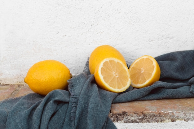 Świeże cytryny na stole