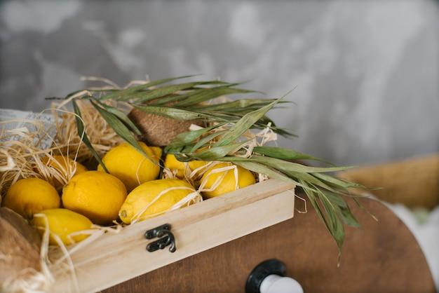 Świeże cytryny są w drewnianym pudełku