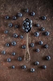 Świeże czarne jagody w rocznika łyżką.