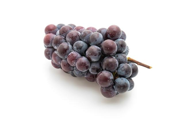 Świeże czarne winogrona na białym stole