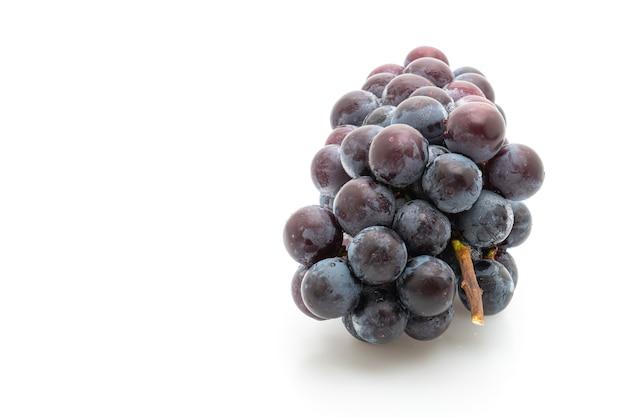 Świeże czarne winogrona na białym tle na białej powierzchni