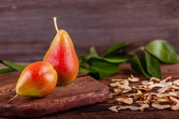 Świeże czerwone bonkrety z domowej roboty wysuszonymi owoc na drewnianym stole, zdrowy jedzenie