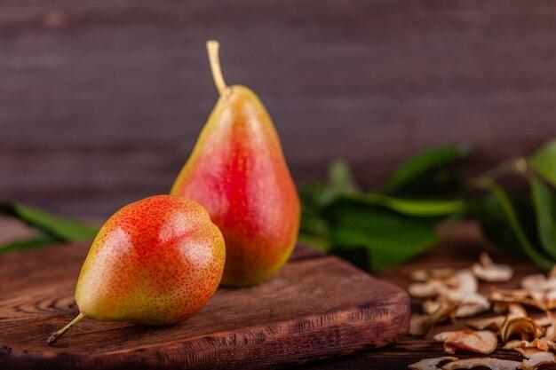 Świeże czerwone bonkrety z domowej roboty wysuszonymi owoc na drewnianym tle, zdrowy jedzenie