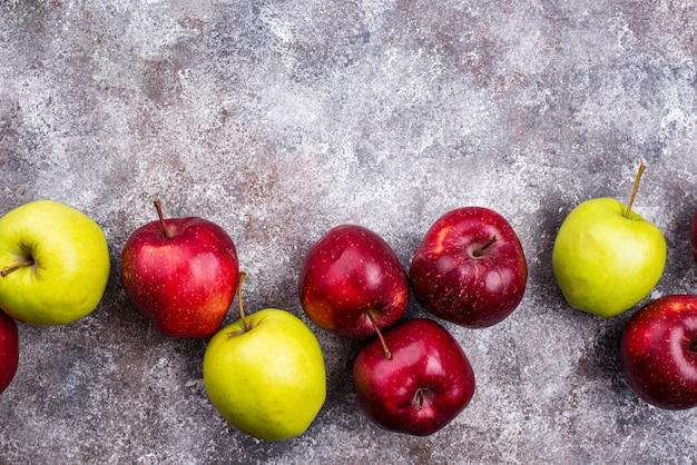 Świeże czerwone i zielone dojrzałe jabłka
