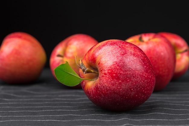 Świeże czerwone jabłka