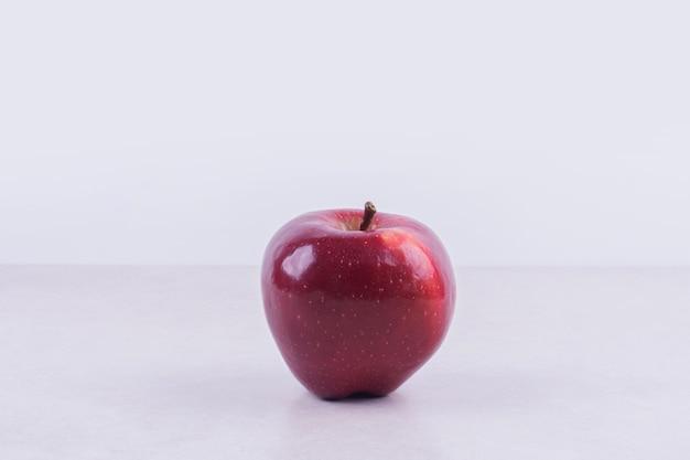 Świeże czerwone jabłko na białym tle.
