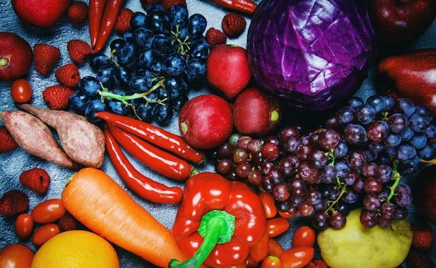 Świeże czerwone owoce i fioletowe czerwone warzywa zmieszane, widok z góry różne dla zdrowego jedzenia wegański kucharz, wybór zdrowej żywności czyste jedzenie dla życia serca cholesterol dieta zdrowie