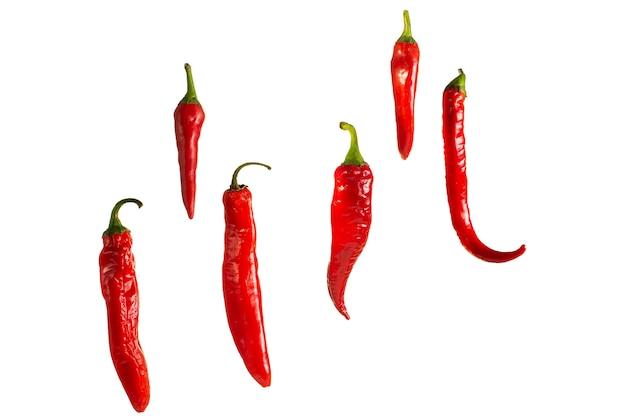 Świeże czerwone papryki chili wiszące w powietrzu na białym tle. izoluj do kopiowania.