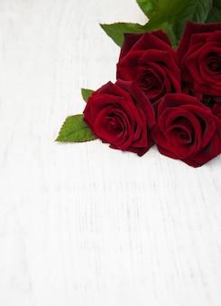 Świeże czerwone róże
