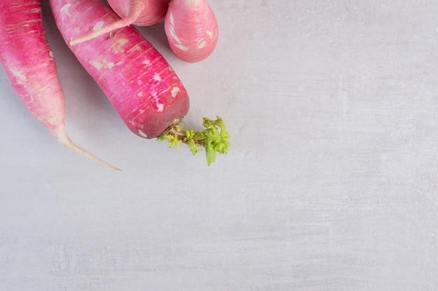 Świeże czerwone rzodkiewki na tle marmuru. wysokiej jakości zdjęcie