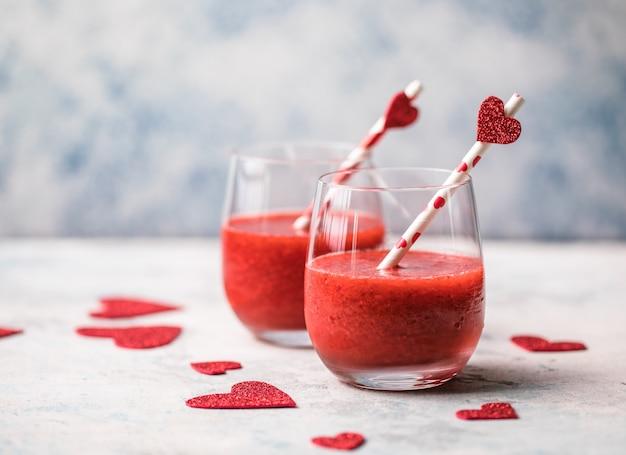 Świeże czerwone truskawki margarita lub koktajl daiquiri z sercami na szarym tle, koncepcje walentynki