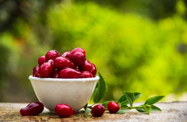 Świeże dereń jagody na drewnianym stole
