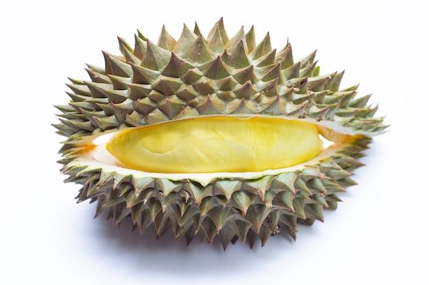 Świeże dojrzałe cięcie durian na białej powierzchni.