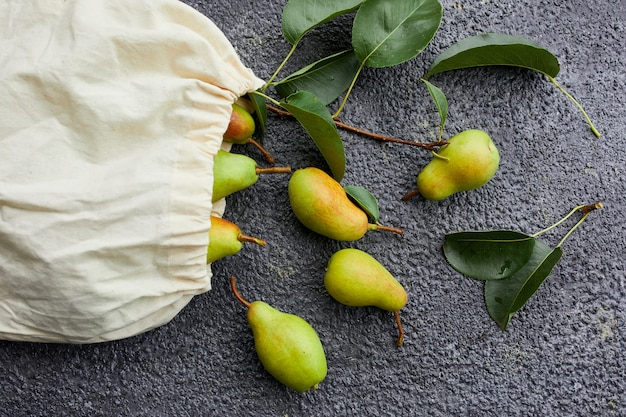 Świeże dojrzałe gruszki w torbie na zakupy wielokrotnego użytku