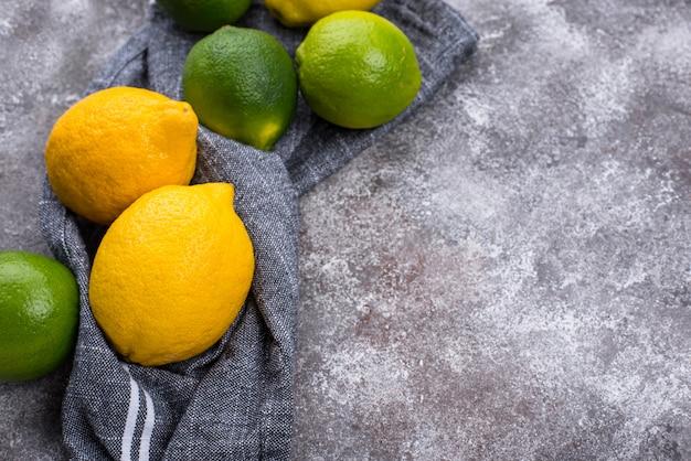 Świeże, dojrzałe limonki i cytryny