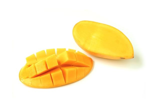 Świeże, dojrzałe mango pokrojone na pół i poprzecznie pokrojone na białym tle
