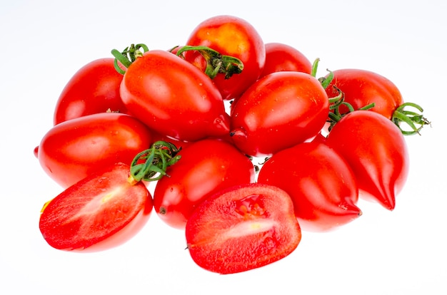 Świeże, dojrzałe pomidory ekologiczne na białym tle. zdjęcie studyjne.