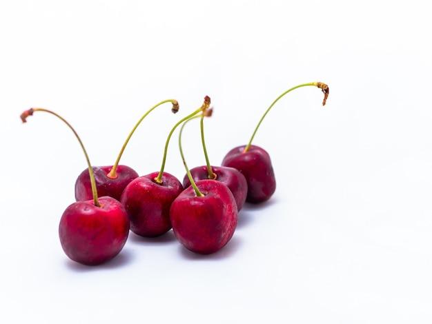 Świeże, dojrzałe soczyste wiśnie, kilka jagód.