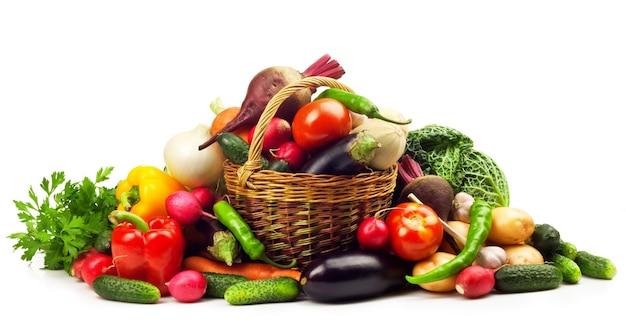 Świeże, dojrzałe warzywa na białym tle