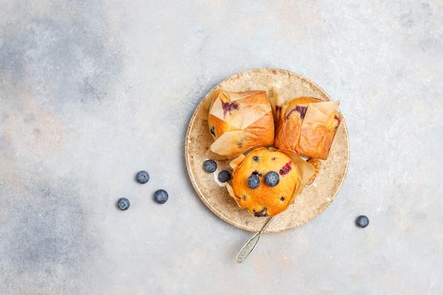 Świeże, domowe babeczki z jagodami.