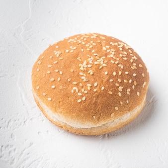 Świeże, domowe bułeczki burgerowe z zestawem sezamowym, kwadratowy format, na białym kamiennym stole