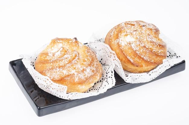 Świeże domowe ciasta ze śmietaną i cukrem pudrem. zdjęcie studyjne.