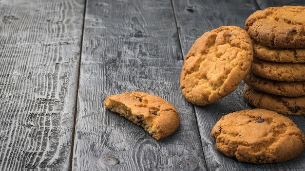Świeże domowe ciasteczka z kawałkami czekolady na drewnianym stole