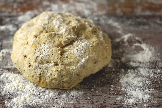 Świeże domowe ciasto drożdżowe, oliwki i przyprawy do robienia focaccii z włoskimi ziołami. gotowanie w domu. tradycyjny włoski chleb.