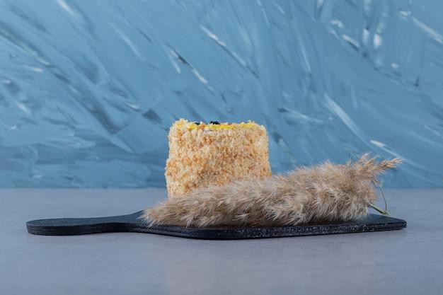 Świeże domowe ciasto na czarnej drewnianej desce