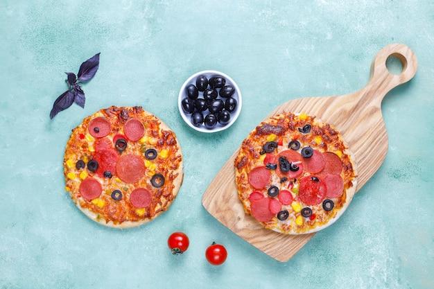 Świeże domowe mini pizze.
