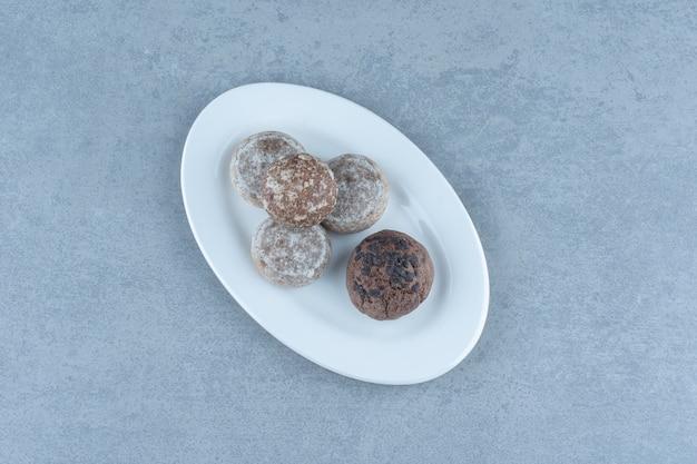 Świeże domowe pyszne ciasteczka na białym talerzu.