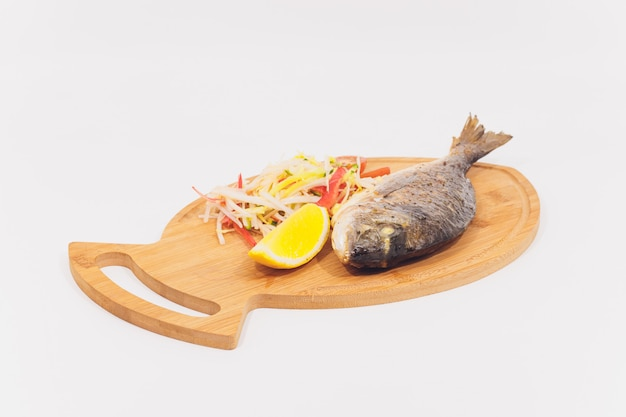 Świeże dorado z grilla z cytryną i pomidorami. widok z góry i leszcz płasko na całej ryby leszcz morski. sparus aurata.