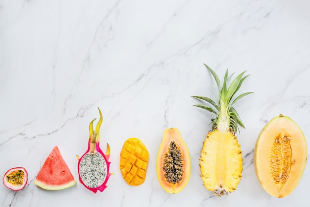 Świeże egzotyczne owoc na bielu marmuru tle