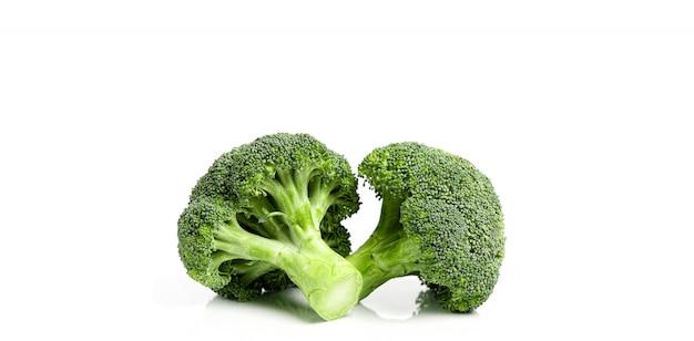 Świeże ekologiczne brokuły na białym tle