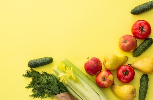 Świeże, ekologiczne warzywa, warzywa i owoce na żółtym tle. koncepcja żywności ekologicznej gospodarstwa. widok z góry. leżał na płasko.