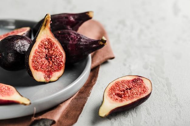 Świeże figi całe i pokrojone w plasterki na lekkim zbliżeniu