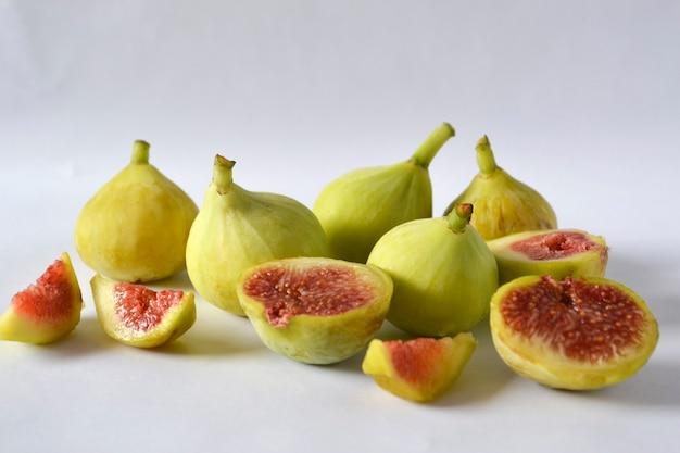 Świeże figi i plastry owoców fig na białym tle.