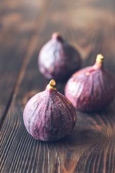 Świeże figi na drewnianym stole