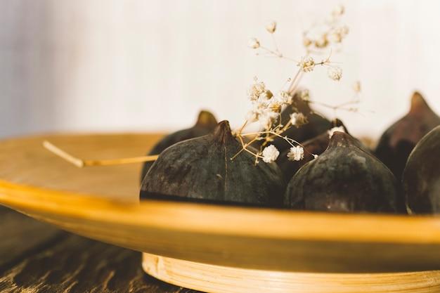 Świeże figi na drewnianym tle