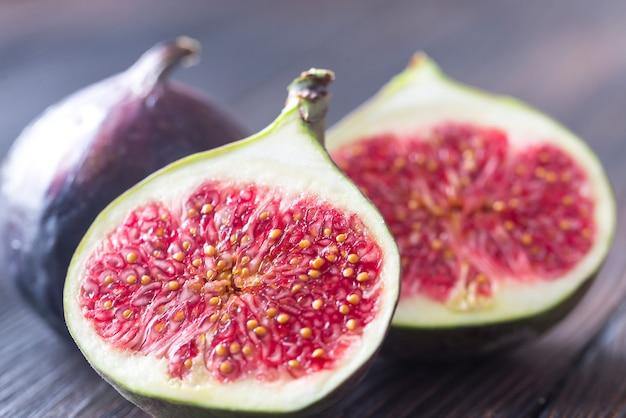 Świeże figi na drewnie