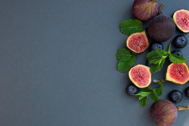 Świeże figi z miętą i jagodami. skopiuj miejsce.