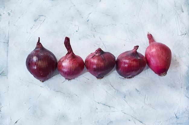 Świeże fioletowe cebule