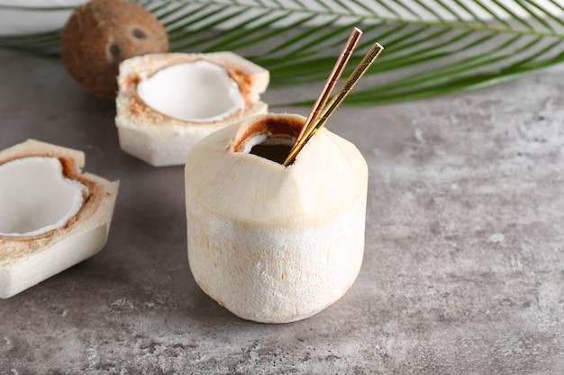 Świeże i dojrzałe kokosy na powierzchni grunge