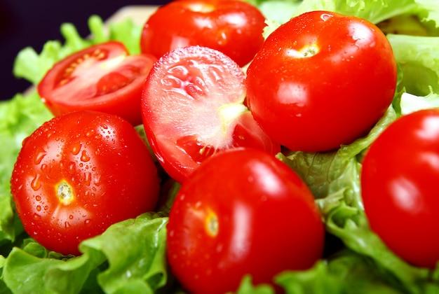 Świeże i mokre pomidory