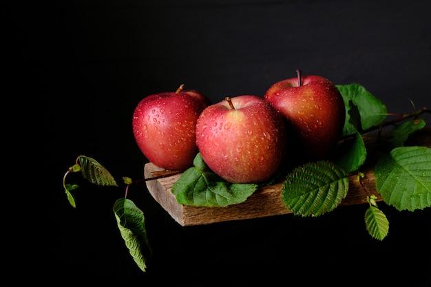Świeże i smaczne czerwone jabłka na czarno