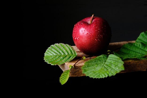 Świeże i smaczne czerwone jabłko na czarno